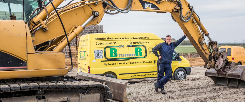 Christoph Brunner am Feld mit seiner mobilen Hydraulikwerkstatt