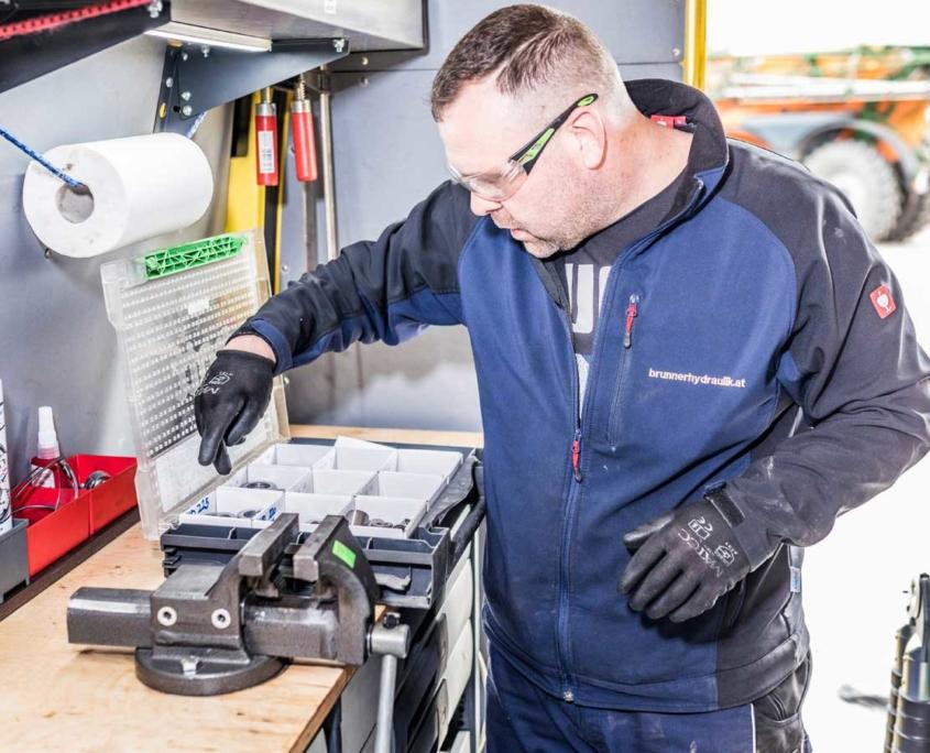 Christoph Brunner in der mobilen Hydraulikwerkstatt